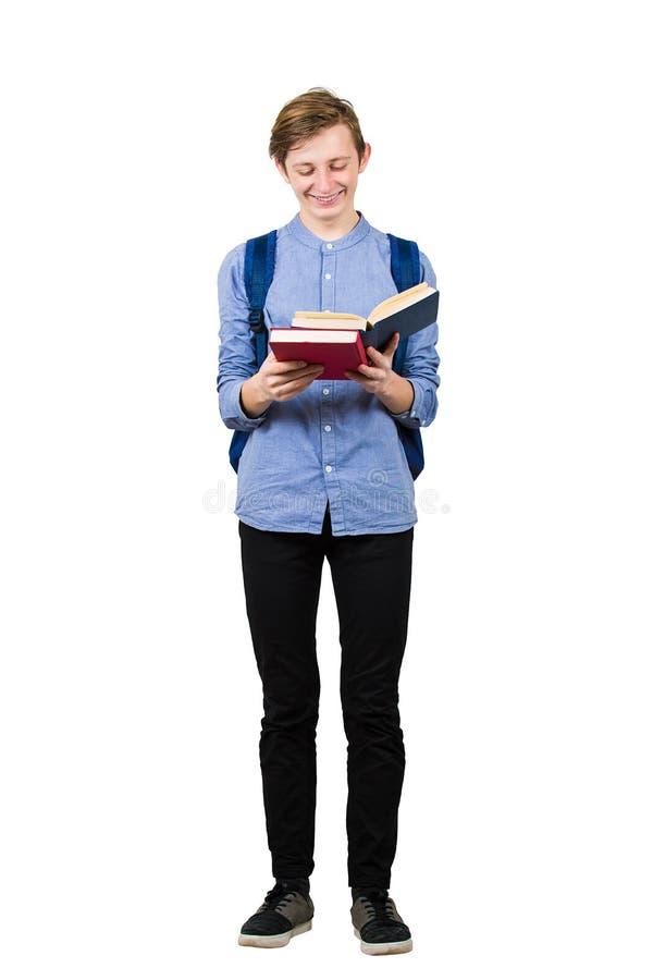 Pełna portret portretowy chłopak-student lubi czytać swoją ulubioną książkę na białym tle Uśmiechnięty nastolatek obrazy stock