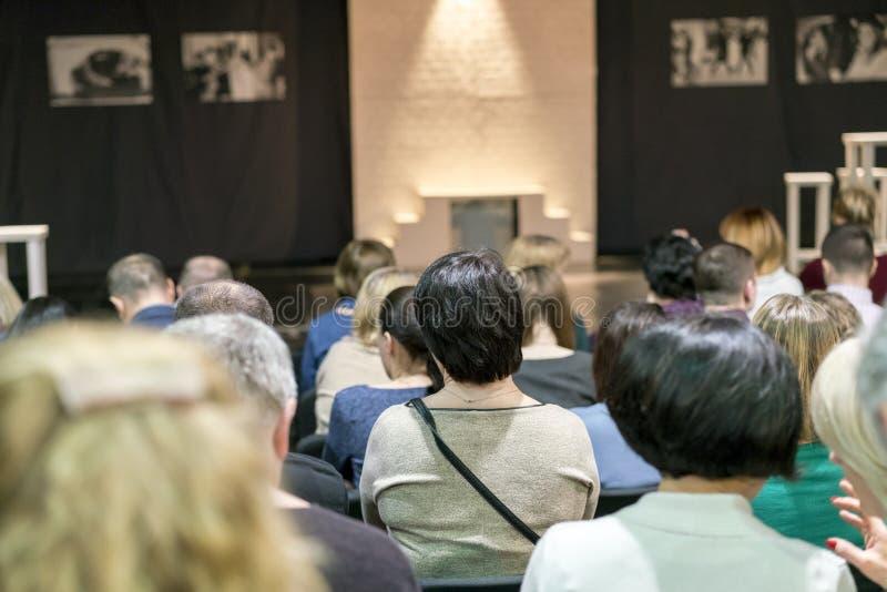 Pełna widowni sala w teatrze czeka początek występ zdjęcia stock
