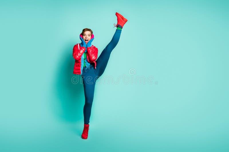 Pełne ciało zdjęcie szalonej wrzeszczącej pani podnosi nogę w górę szokująca elastyczność po pierwszym treningu siłowni nosić cze obraz stock