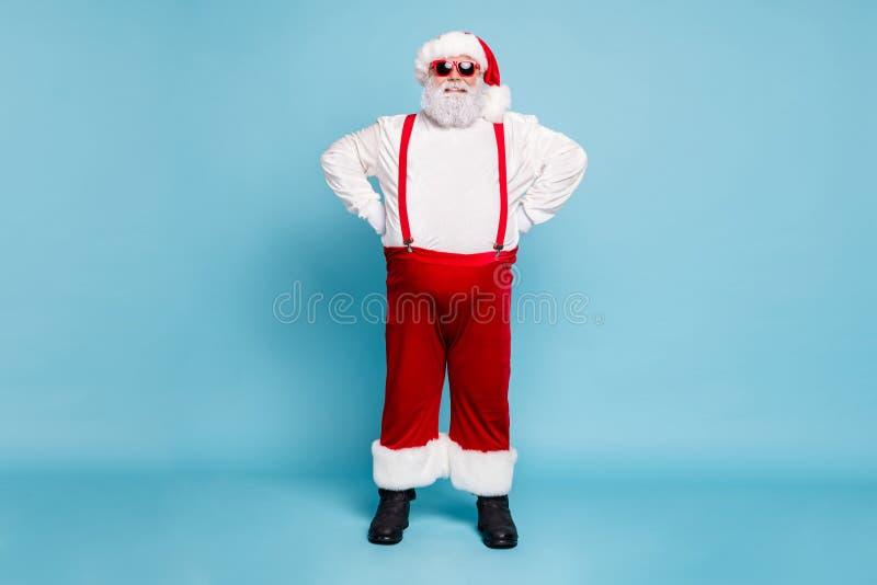 Pełne zdjęcie śmiesznego, śmierdzącego tłuszczem, szaro-włosego świętego Mikołaja z tym, że współczesne okulary lubią święta fotografia stock