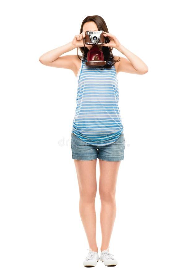 Pełnego długości młodej kobiety fotografa retro odosobniony na białym bac zdjęcia stock