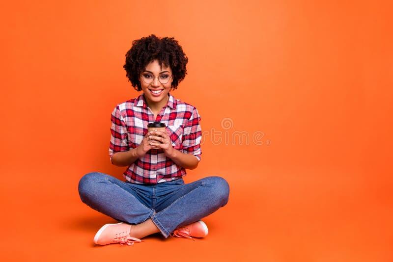 Pełnej ciało fotografii śmieszna dama siedzi podłogowej chwyt ręk papieru kawowego kubka odpoczynku uroczej zadziwiającej odzieży fotografia royalty free