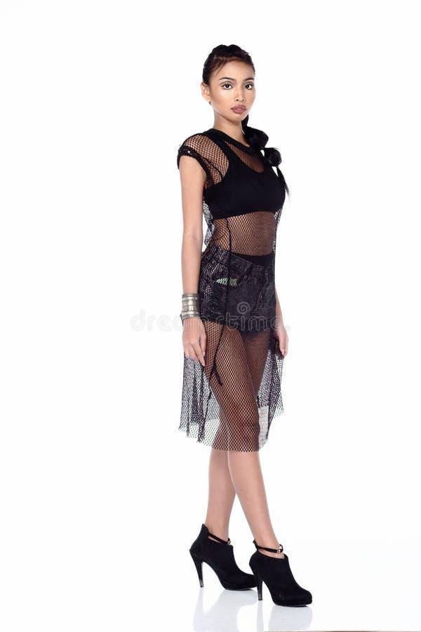 Pełnej długość dębnika skóry Azjatycka kobieta w sporta staniku, krótkim cajgu i bl, fotografia royalty free