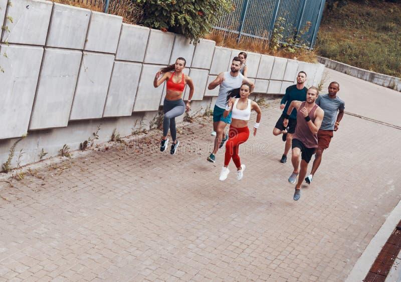 Pełnej długości odgórny widok młodzi ludzie w sportów odziewać zdjęcie stock