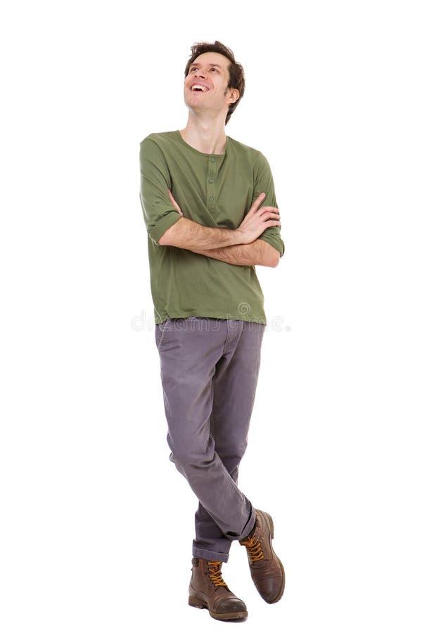 Pełnej długości przypadkowy mężczyzna ono uśmiecha się z rękami krzyżował na białym tle obraz stock