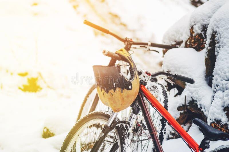 Pełnej twarzy hełm wiesza na rowerowych handlebars obraz stock