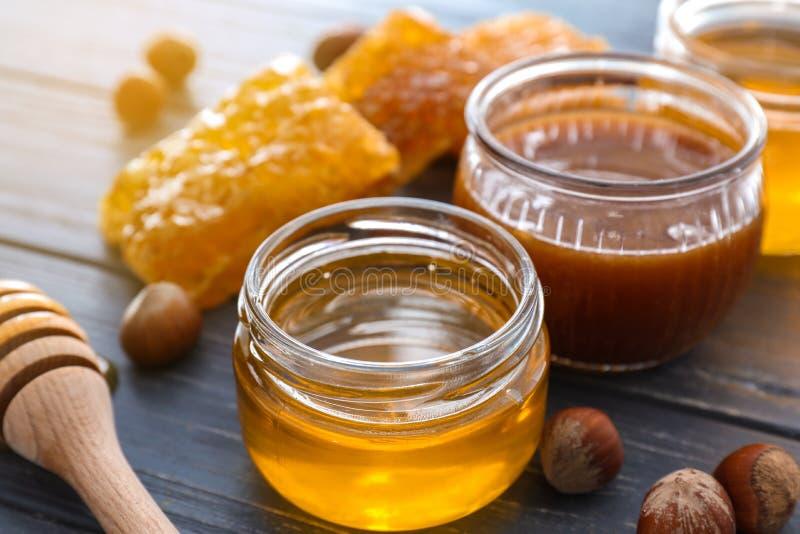 Pełni słoje miód z honeycomb na drewnianym stole, zbliżenie zdjęcie royalty free