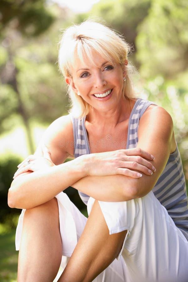 pełnoletniego środka parkowa target1551_0_ kobieta zdjęcia royalty free