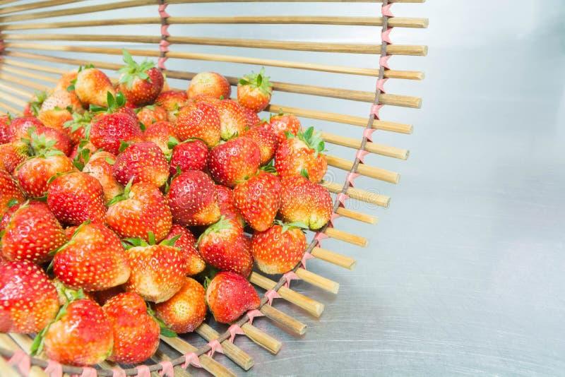 Pełnoprawna czerwona truskawka w bambusowym koszu zdjęcia royalty free