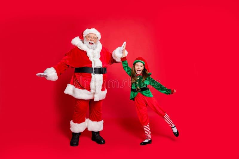 Pełnowymiarowe zdjęcie szalonego elfa z Santa Claus z okularami z okularami z okularami z okularami z okularami z okularami z oku obrazy stock