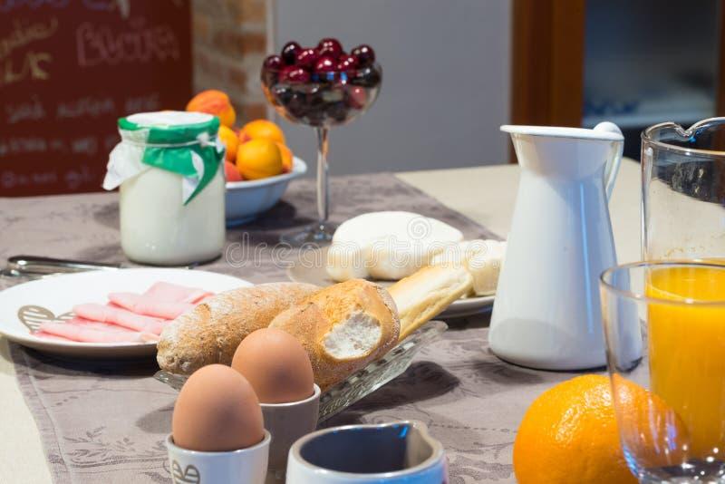 Pełny śniadaniowy stół przygotowywający słuzyć w hotelu obraz stock