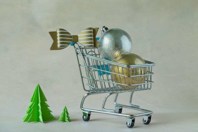 Pełny Bożenarodzeniowe dekoracj piłki w miniaturowym wózek na zakupy obraz royalty free