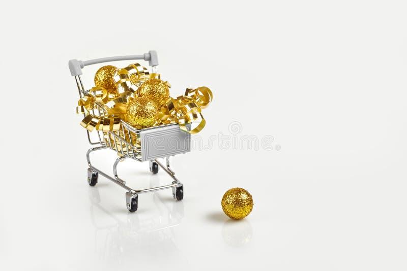 Pełny Bożenarodzeniowe dekoracji piłki w miniaturowym wózku na zakupy gdy boże narodzenia i nowy rok przyprawiają wydawać pojęcie zdjęcia stock