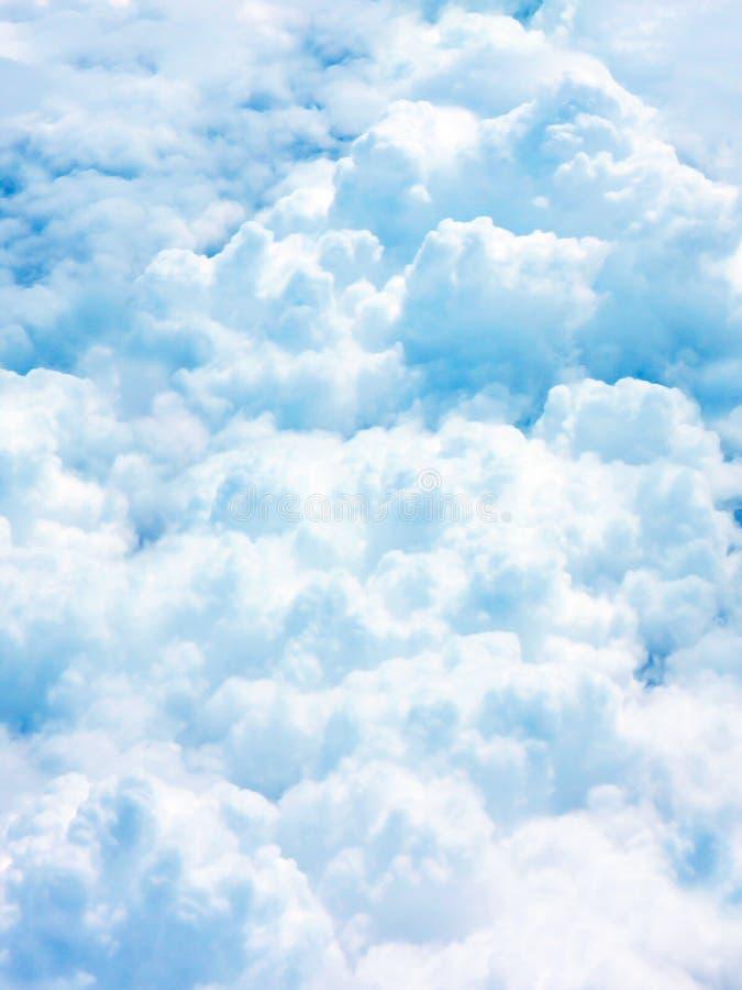 Pełny chmura na niebieskim niebie obraz stock