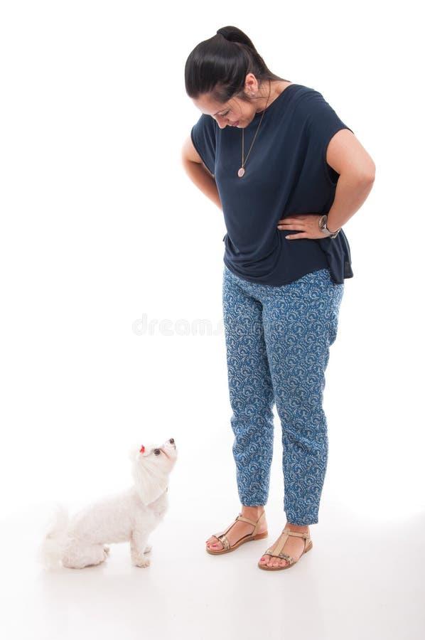 Pełny ciało atrakcyjna kobieta z jej psem obrazy stock