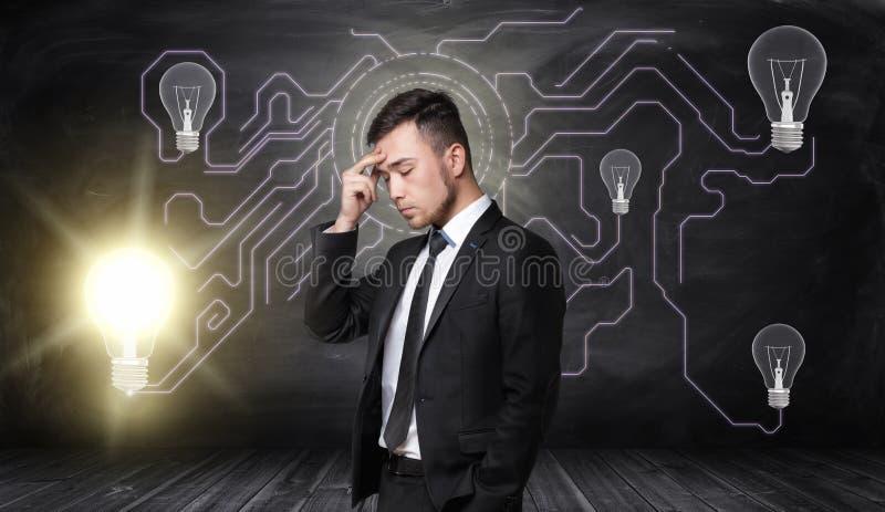 Pełny ciało biznesmenów stojaki i myśleć z rozjarzoną żarówką na tle fotografia stock