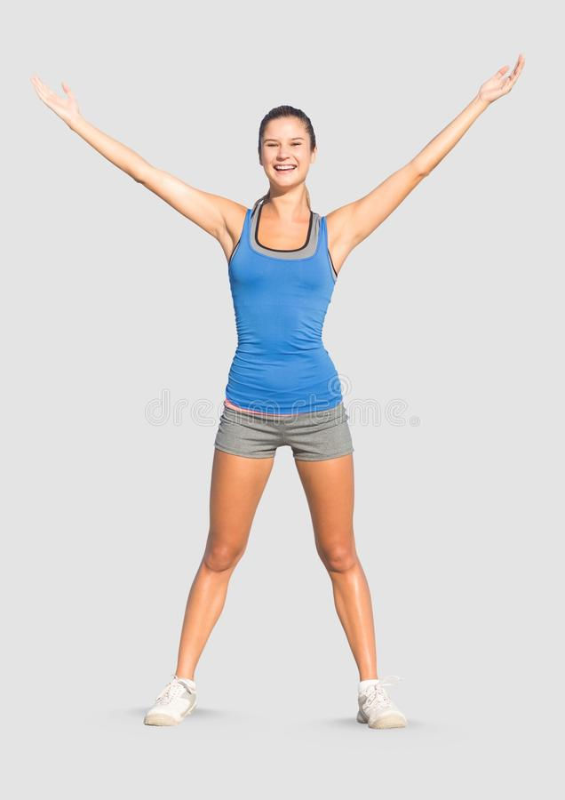 Pełny ciało portret sportowa dysponowana kobiety pozycja z popielatym tłem obraz royalty free