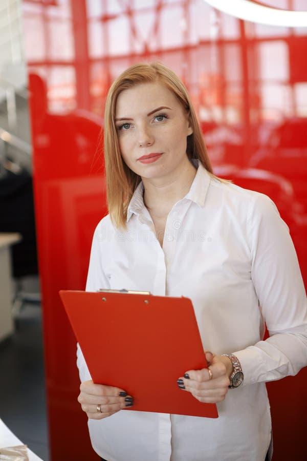 Pełny ciało portret szczęśliwa uśmiechnięta biznesowa kobieta z czerwoną falcówką zdjęcia stock