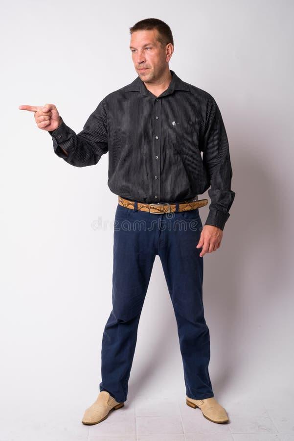 Pełny ciało strzał macho dojrzały biznesmen wskazuje palec zdjęcia stock