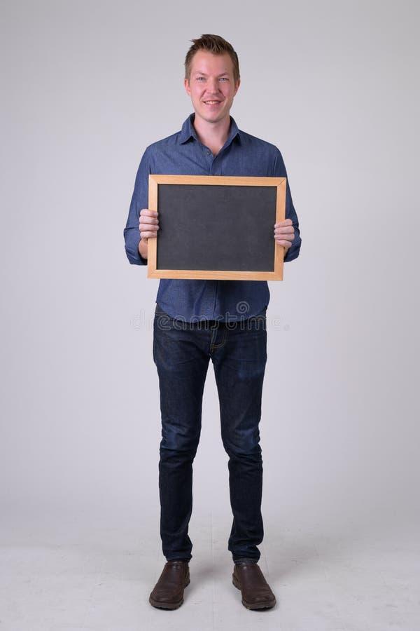 Pełny ciało strzelał szczęśliwy młody biznesmena mienia blackboard obraz stock