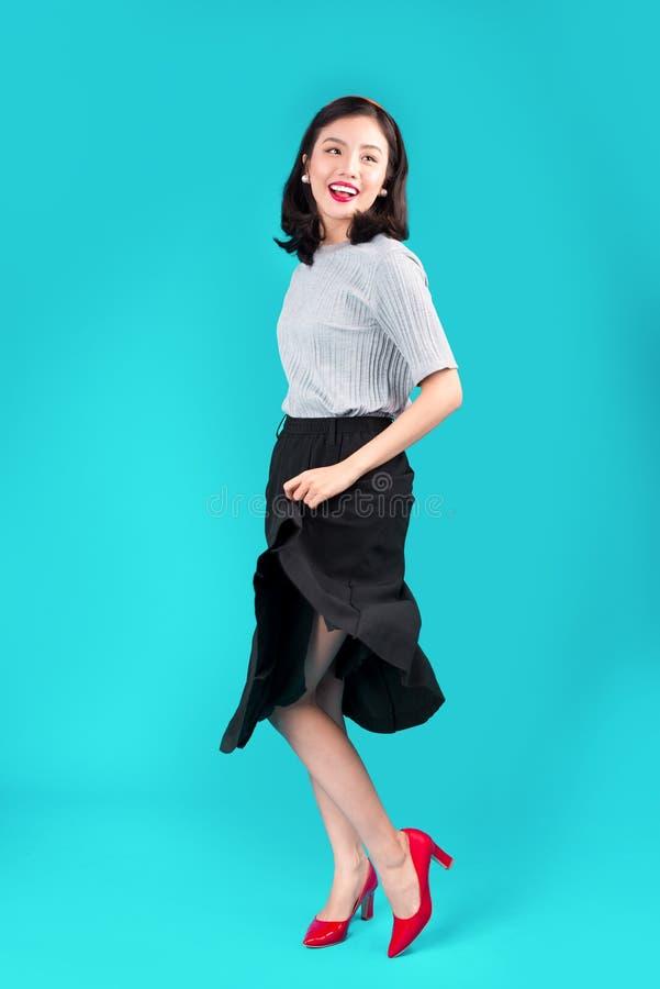 Pełny ciało uśmiechnięta azjatykcia kobieta ubierał w szpilka stylu sukni o fotografia royalty free