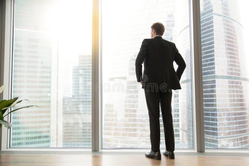 Pełny długość plecy widok pomyślny biznesmen w dużym mieście zdjęcia royalty free