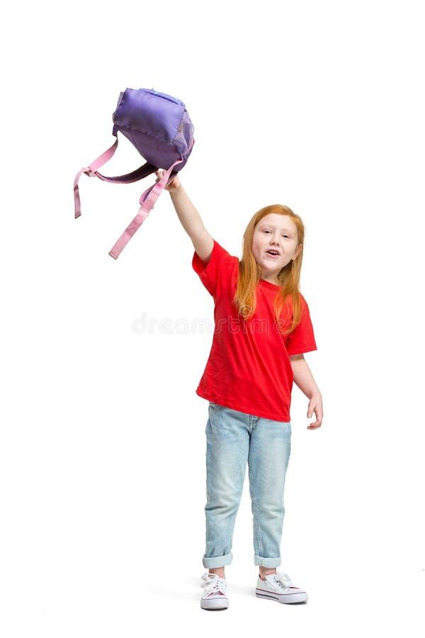 Pełny długość portret śliczny małe dziecko patrzeje kamerę i ono uśmiecha się w eleganckich cajgów ubraniach fotografia stock
