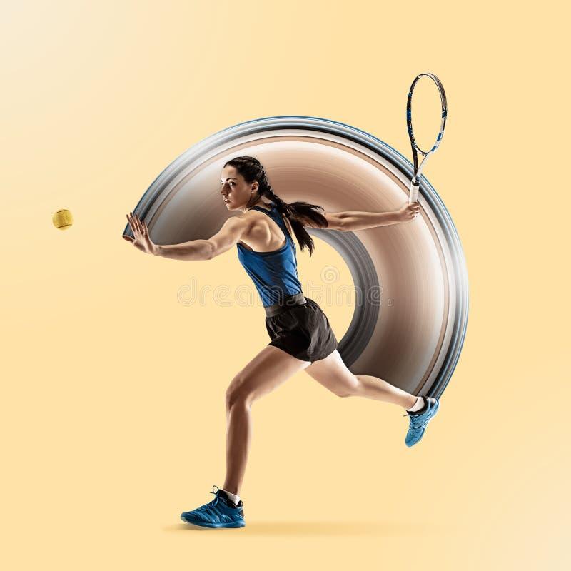 Pełny długość portret bawić się tenisa odizolowywającego na żółtym tle młoda kobieta royalty ilustracja