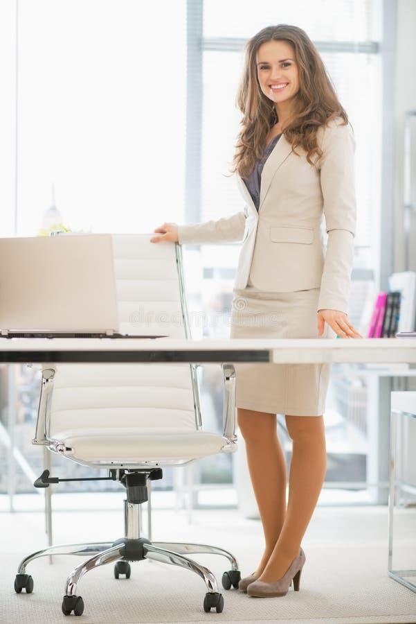 Pełny długość portret biznesowa kobieta w biurze zdjęcia royalty free