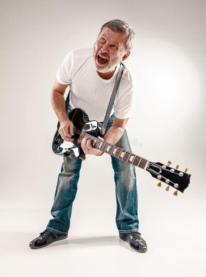 Pełny długość portret gitara gracz fotografia royalty free