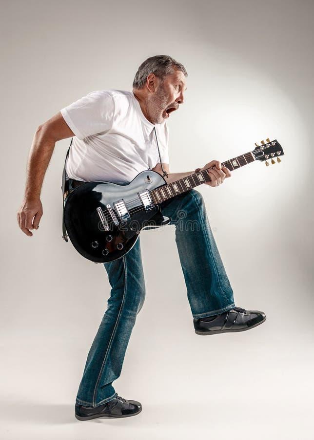 Pełny długość portret gitara gracz obrazy royalty free