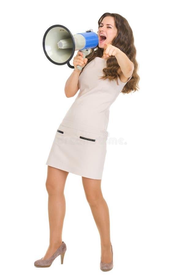 Pełny długość portret krzyczy w megafonie dziewczyna zdjęcia royalty free