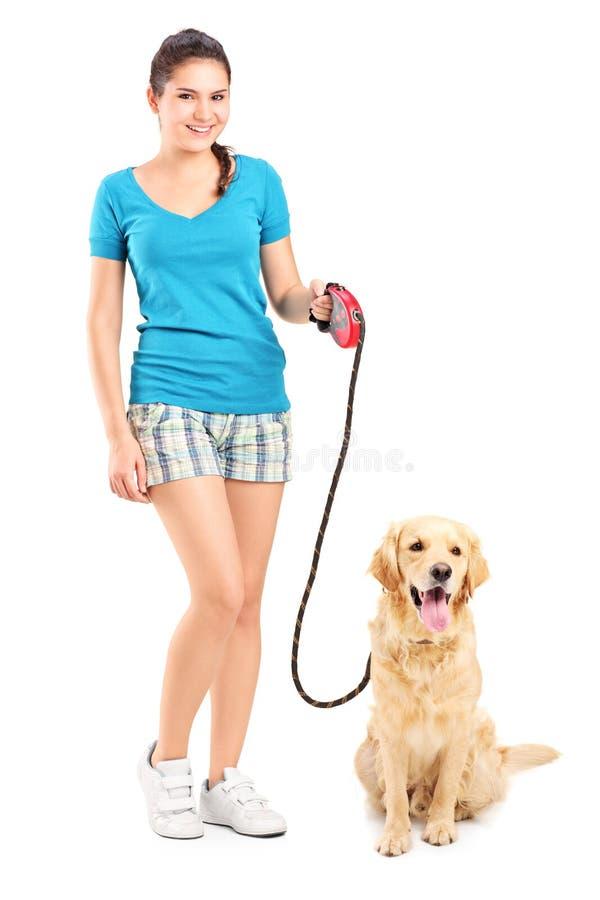 Pełny długość portret młoda dziewczyna chodzi psa zdjęcie stock