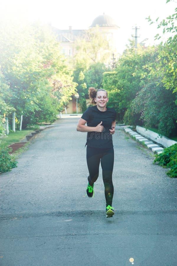 Pełny długość portret młoda kobieta w sportswear bieg na sposobie obraz royalty free