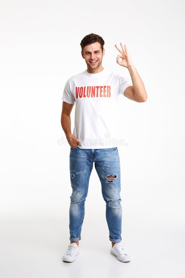Pełny długość portret młody człowiek w ochotniczej koszulce obrazy stock