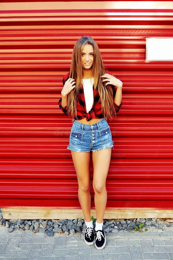 Pełny długość portret modna modniś dziewczyny pozycja przy czerwienią obrazy royalty free