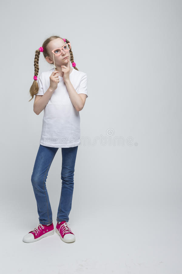 Pełny długość portret Myśleć Kaukaskiej Blond dziewczyny Z Pigtails obrazy stock