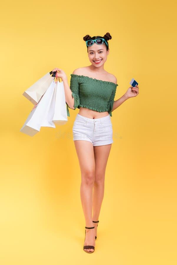 Pełny długość portret rozochocona atrakcyjna kobieta trzyma shoppi obrazy royalty free