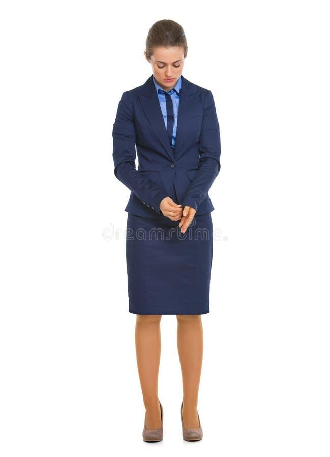 Pełny długość portret rozważna biznesowa kobieta przystosowywa mankiecika obraz royalty free