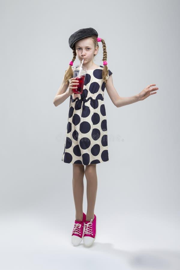 Pełny długość portret Skakać Kaukaskiej dziewczyny Z Pigtails fotografia stock