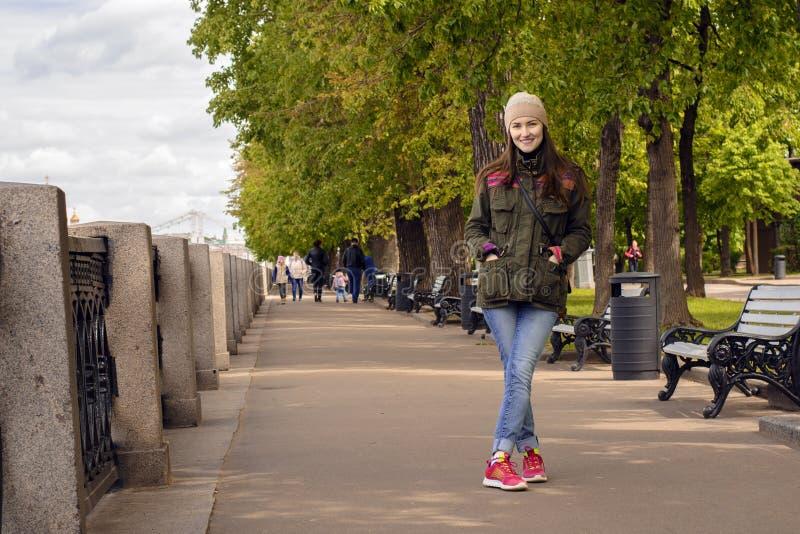 Pełny długość portret szczęśliwy młodej kobiety odprowadzenie z psami outdoors w jesieni zdjęcie royalty free