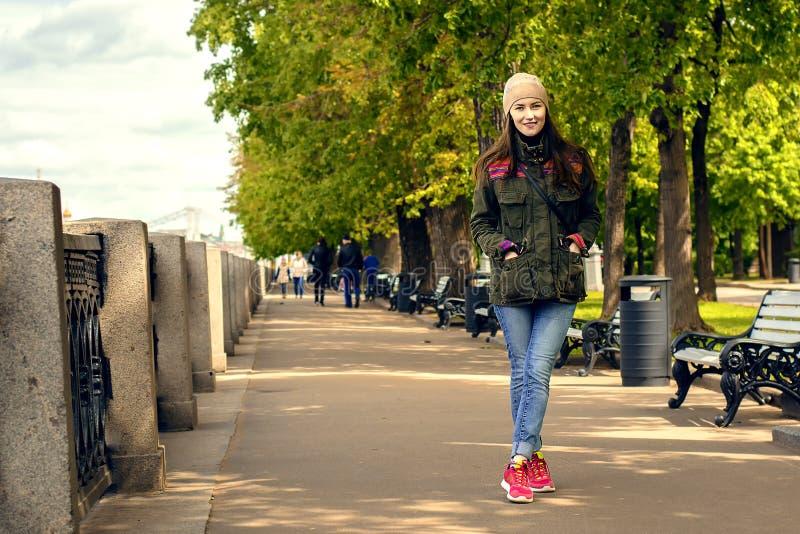 Pełny długość portret szczęśliwy młodej kobiety odprowadzenie z psami outdoors w jesieni obrazy royalty free