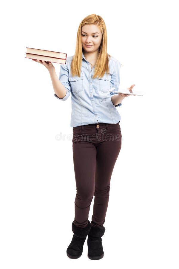 Pełny długość portret szczęśliwy nastoletniej dziewczyny mienie rezerwuje w jeden fotografia stock