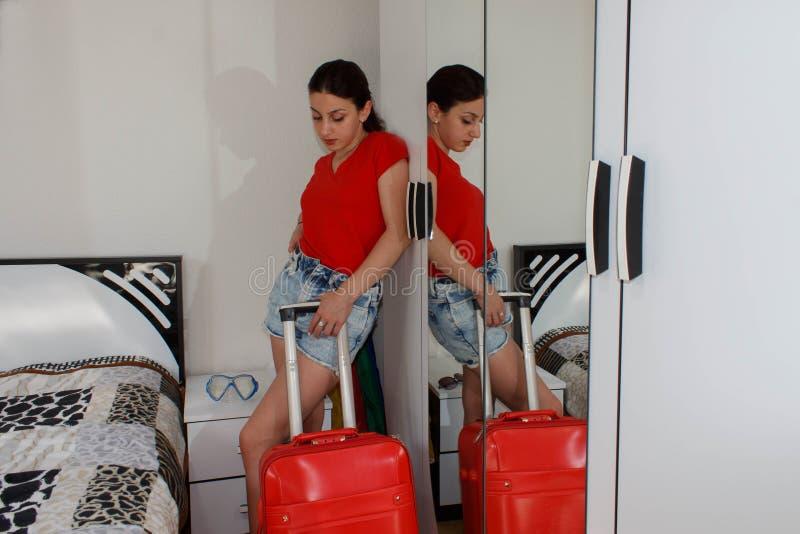 Pełny długość portret turysta dziewczyna niesie bagaż fotografia royalty free