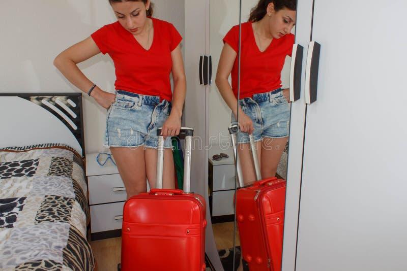 Pełny długość portret turysta dziewczyna niesie bagaż zdjęcie royalty free