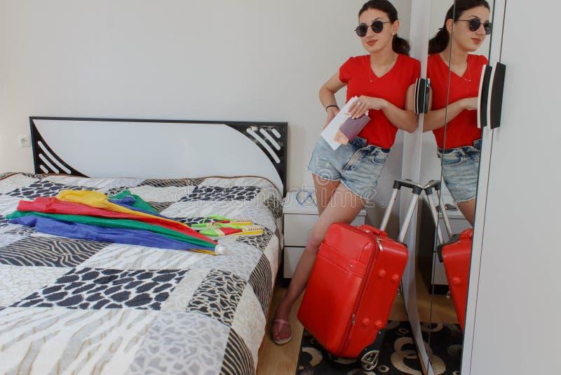Pełny długość portret turysta dziewczyna niesie bagaż obrazy royalty free