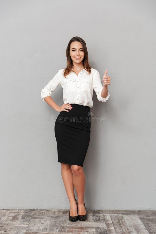 Pełny długość portret uśmiechnięta młoda biznesowa kobieta zdjęcia royalty free