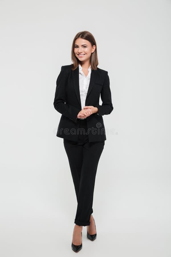 Pełny długość portret uśmiechnięty atrakcyjny bizneswoman w kostiumu fotografia royalty free