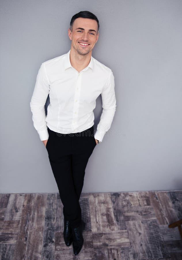 Download Pełny Długość Portret Uśmiechnięty Biznesmen Obraz Stock - Obraz złożonej z osoba, radosny: 53788965