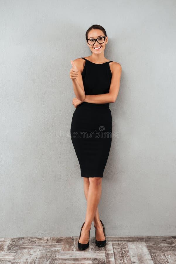 Pełny długość portret uśmiechnięty młody bizneswoman obrazy stock